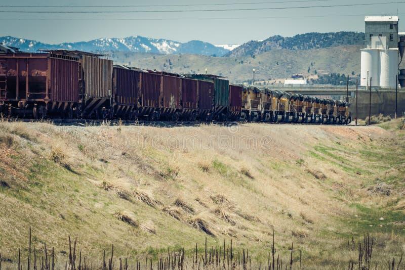 有许多引擎的五谷火车 免版税库存图片