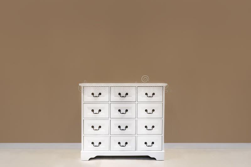 有许多抽屉的白色颜色梳妆台 库存照片