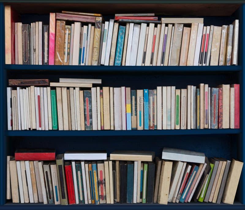 有许多旧书的书架以各种各样的情况 免版税库存图片