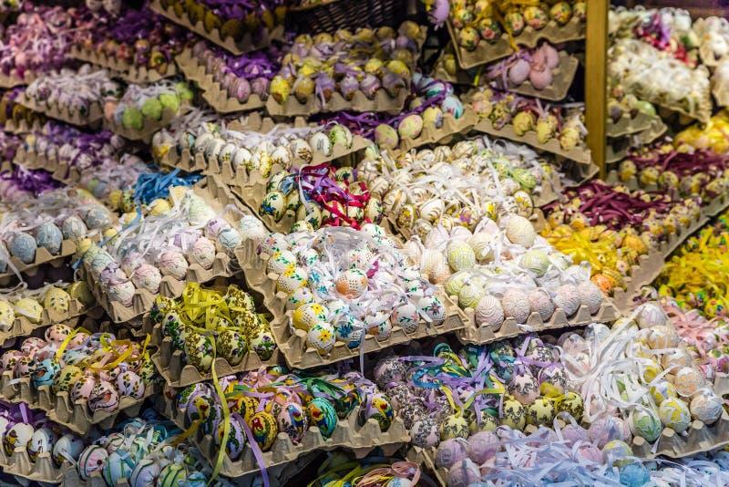 有许多的商店五颜六色的复活节鸡蛋萨尔茨堡 库存照片