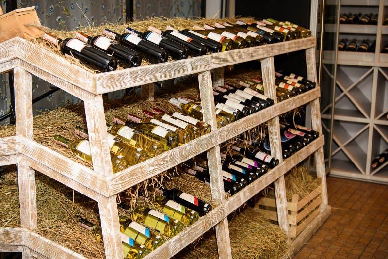 有许多的机架酒瓶在酿酒厂 免版税图库摄影