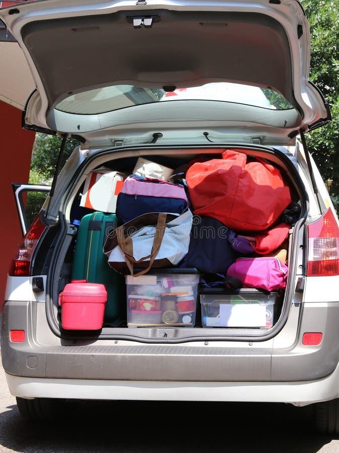 有许多的汽车行李在地面上和在行李van bef 免版税图库摄影
