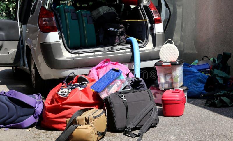 有许多的汽车行李在地面上和在行李van befor 库存照片
