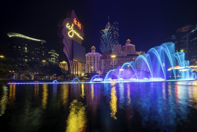 有许多的美丽和非常五颜六色的城市明亮的霓虹灯广告 跳舞喷泉展示的照片在著名Wynn旅馆 库存图片