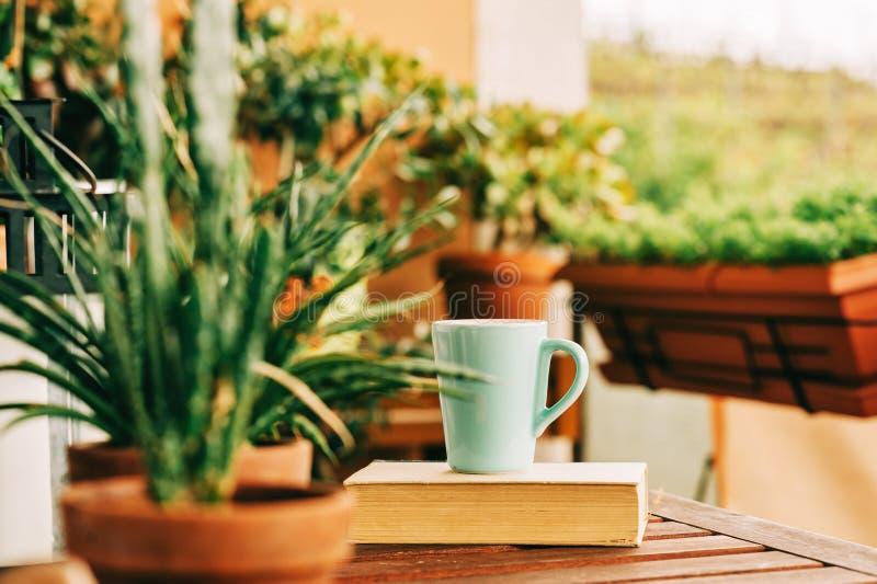 有许多盆的植物的舒适夏天阳台 免版税库存照片