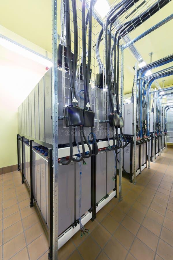有许多缆绳和电池的室 免版税库存照片