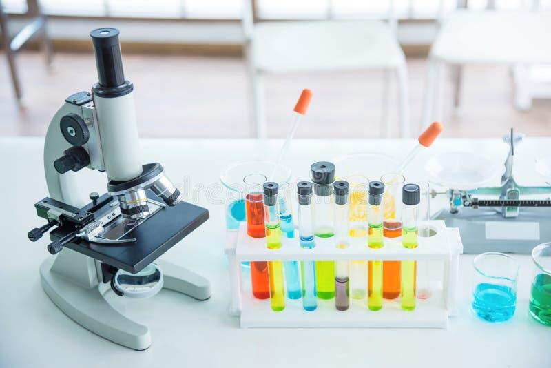 有许多试管的显微镜在实验室里 库存照片