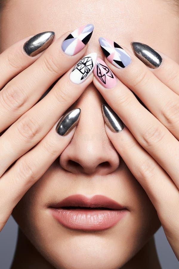 有设计修指甲的女性手 免版税库存图片