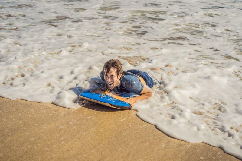 有识别不明飞机委员会的年轻人海滩的 图库摄影