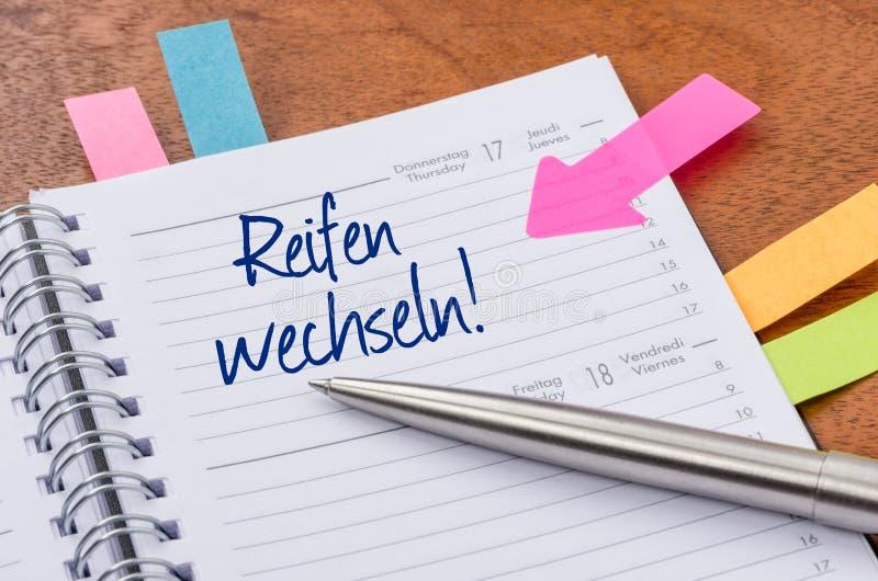 有词条变动的每日计划者对冬天轮胎- Reifen wechseln德语 免版税库存图片
