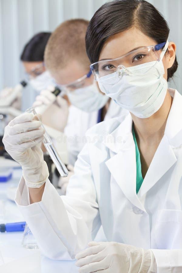 有试管的中国亚裔妇女科学家在实验室 库存图片
