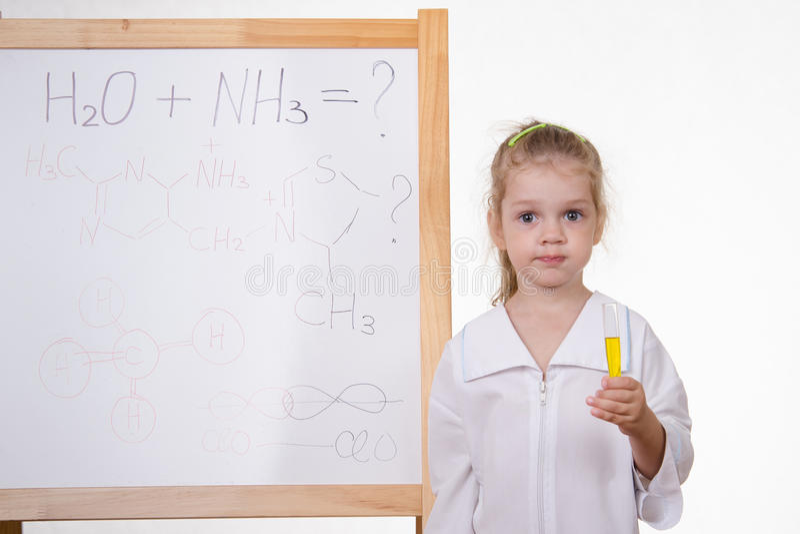 有试管的化学家在黑板 免版税库存照片