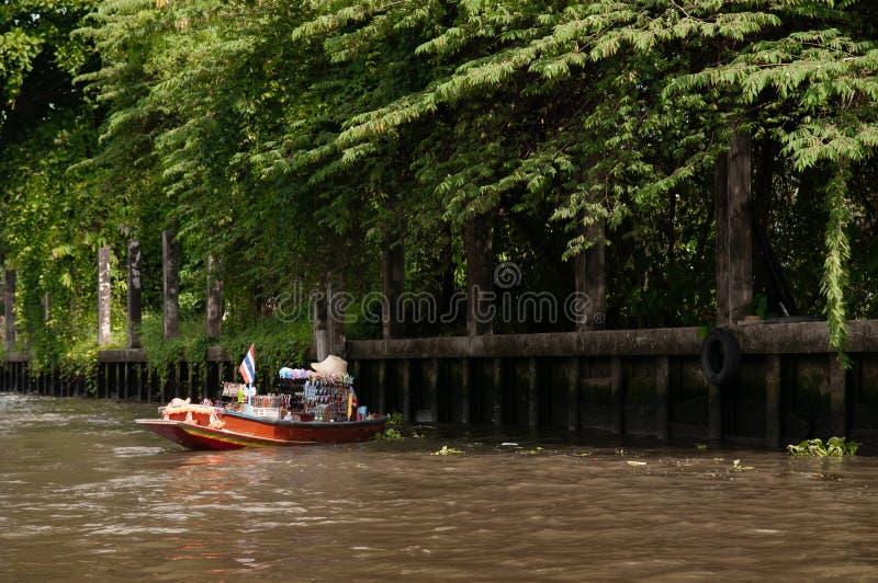 有诗歌选的泰国传统杂货划艇在曼谷加州 免版税图库摄影