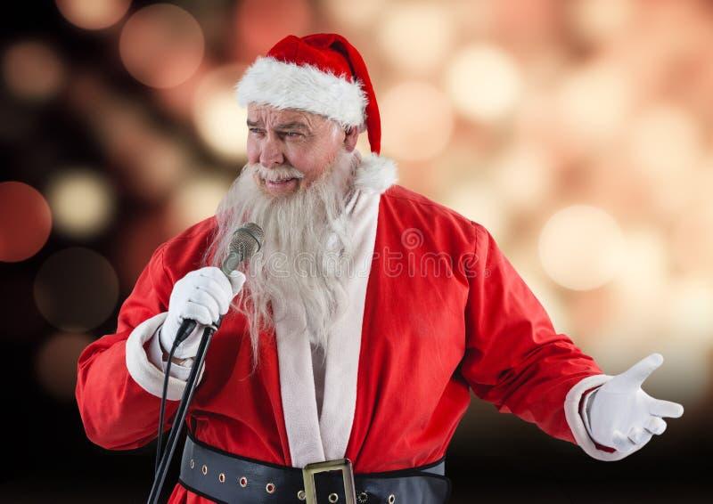 有话筒唱歌圣诞节歌曲的圣诞老人 免版税库存图片