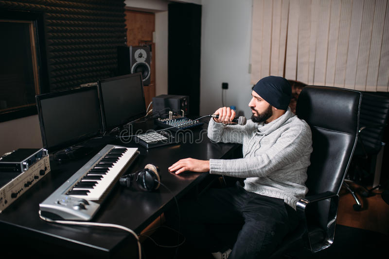 有话筒的合理的生产商在音乐演播室 库存图片