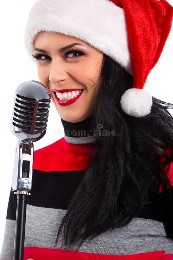 有话筒的圣诞节歌手 免版税库存照片