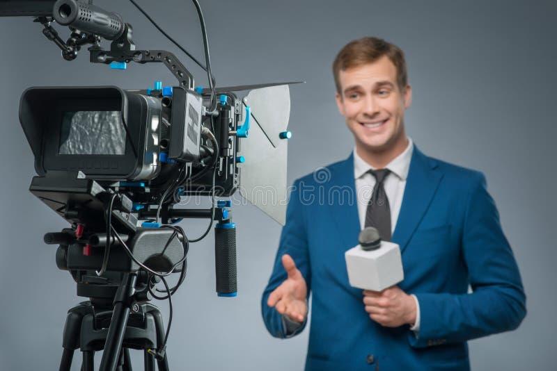 有话筒的微笑的新闻记者 免版税库存照片