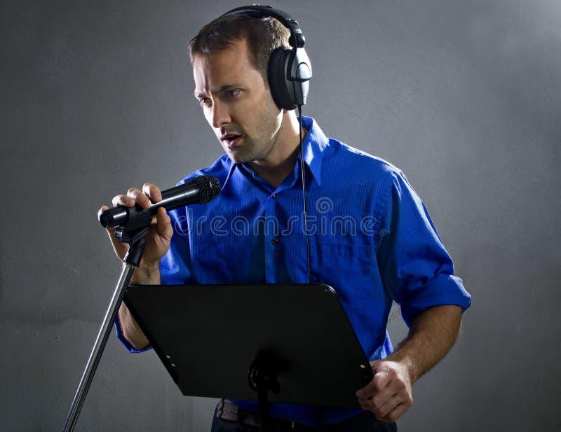有话筒的歌唱家 库存图片
