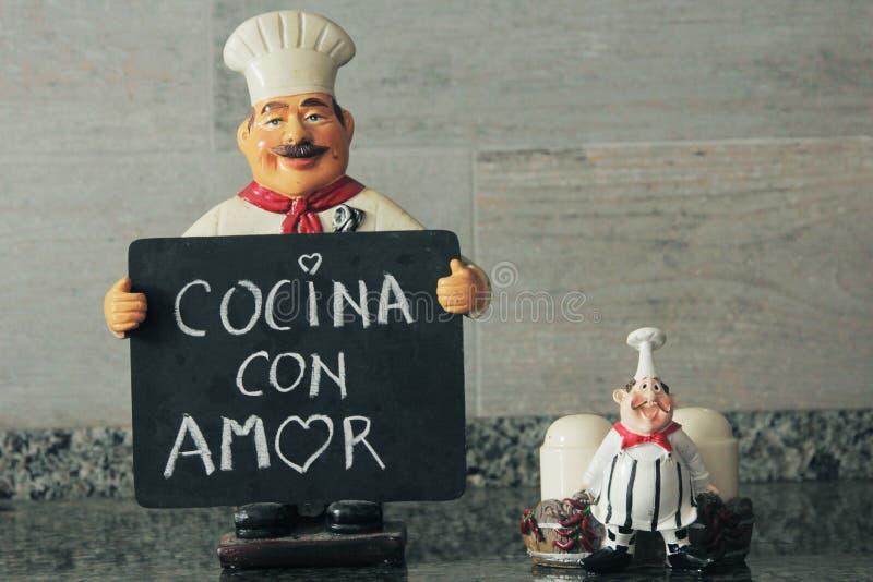 有说充满爱的厨房的黑板的明智的厨师在手中 免版税库存照片