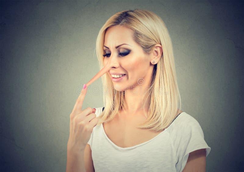 有说谎者的鼻子的妇女 免版税库存图片