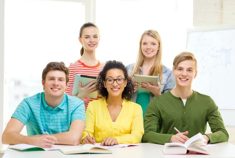 有课本和书的学生在学校 免版税库存照片