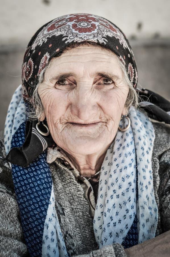 有谦逊的眼睛的妇女在塔吉克斯坦 库存照片