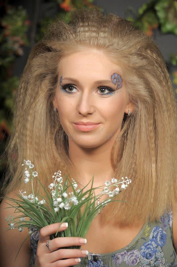 有谷的年轻白肤金发的妇女 免版税库存图片