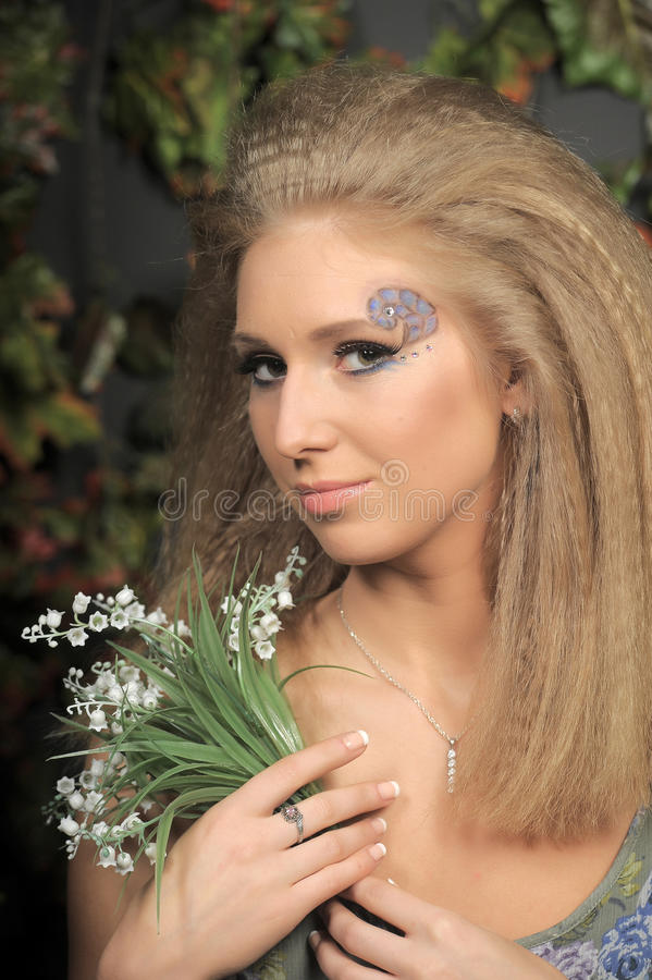有谷的年轻白肤金发的妇女 库存照片