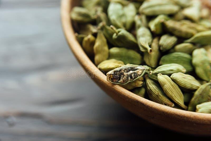 有豆蔻果实种子的碗 免版税库存照片