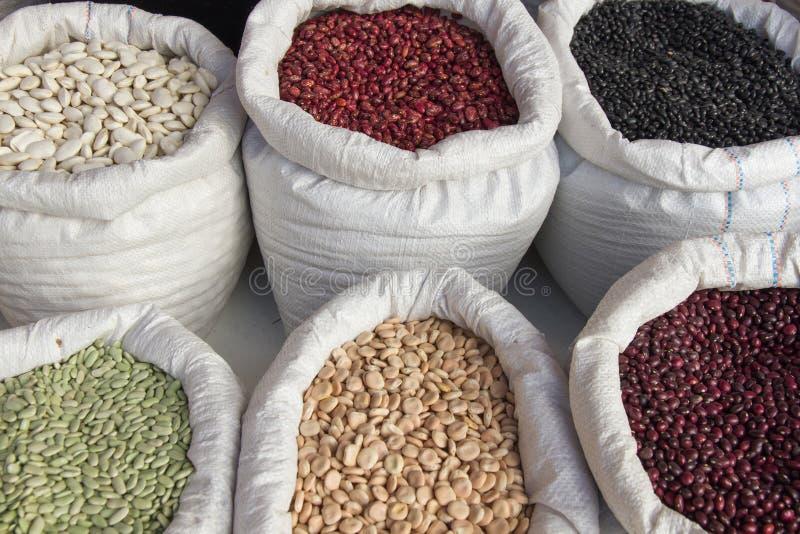有豆类豆市场的大袋 免版税库存照片