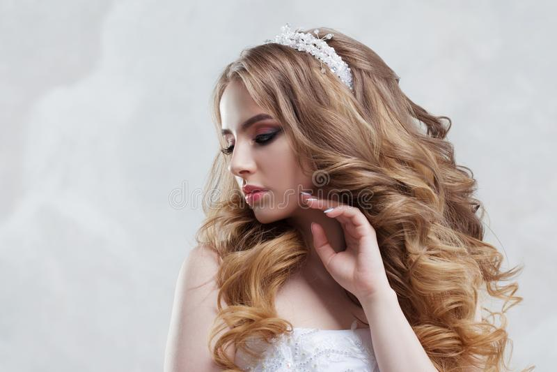 有豪华发型的迷人的年轻新娘 美丽的礼服婚礼妇女 与蓬松卷毛的发型 免版税库存照片