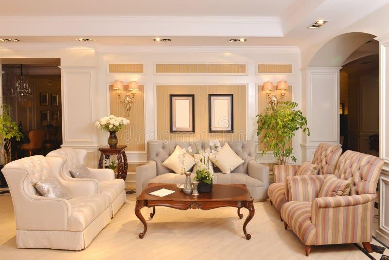 有豪华布料沙发家用电器的客厅 免版税库存图片