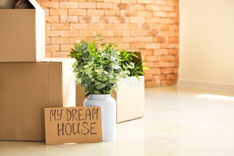 有财产的纸板箱在地板上 搬到的概念新房 免版税库存照片