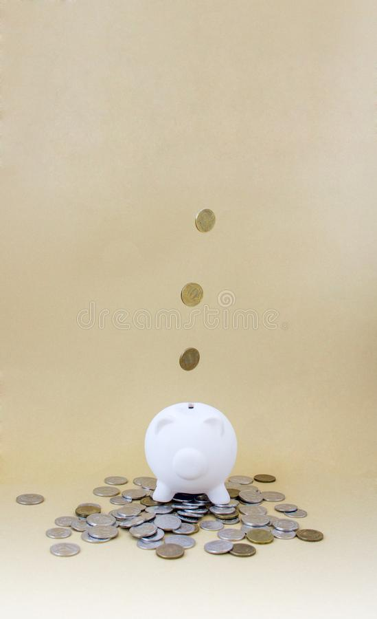 有货币和硬币的存钱罐 库存照片