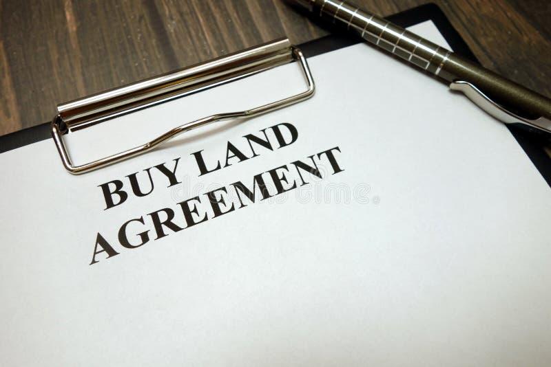 有购买土地协议大模型的在书桌上的剪贴板和笔 库存照片