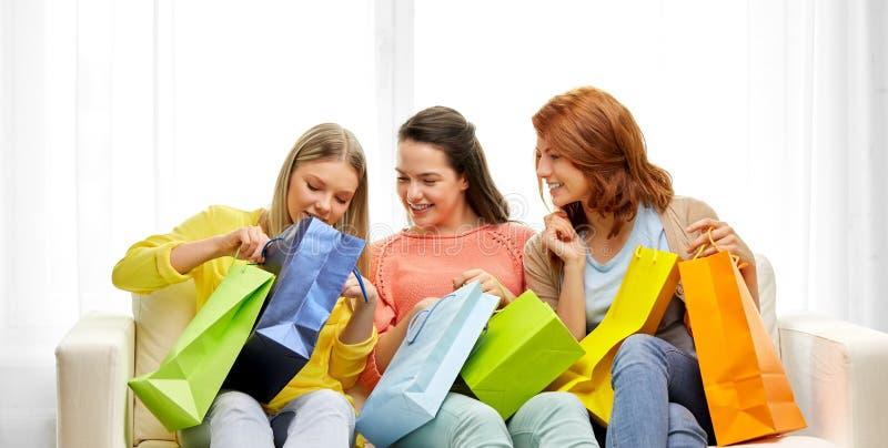有购物带来的十几岁的女孩在家 库存图片