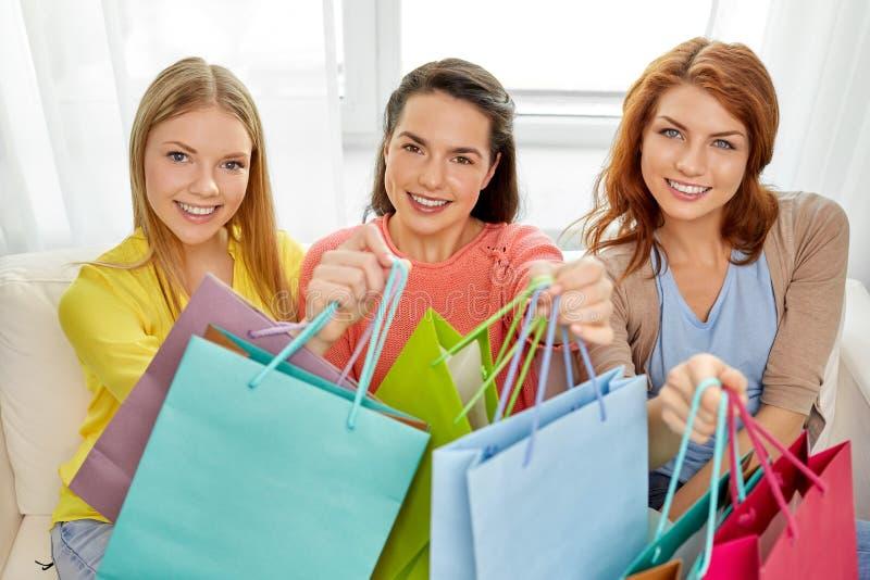 有购物带来的十几岁的女孩在家 免版税库存照片