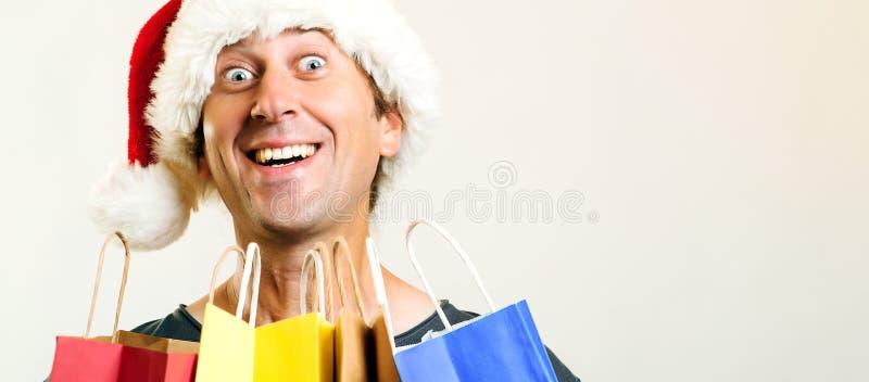有购物带来的愉快的圣诞老人圣诞节人,隔绝在白色背景 假日、圣诞节、销售和人概念 滑稽的ma 免版税库存照片
