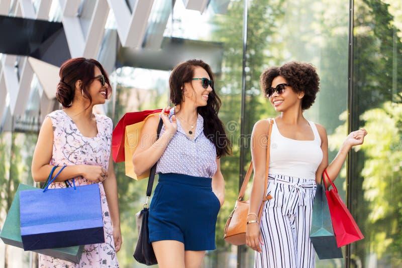 有购物带来的愉快的妇女走在城市的 图库摄影