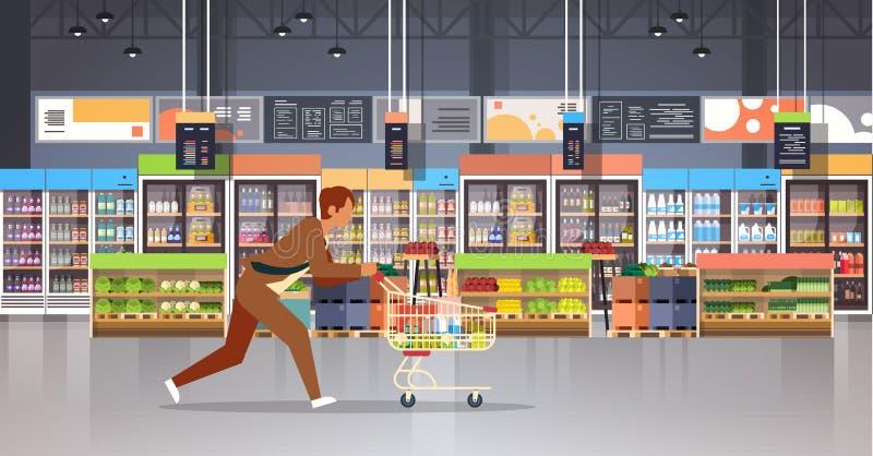 有购物的台车推车繁忙的男性顾客买的产品杂货市场内部的连续商人顾客平展 库存例证