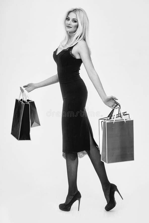 有购物的妇女 有购物袋的俏丽的女孩 免版税图库摄影