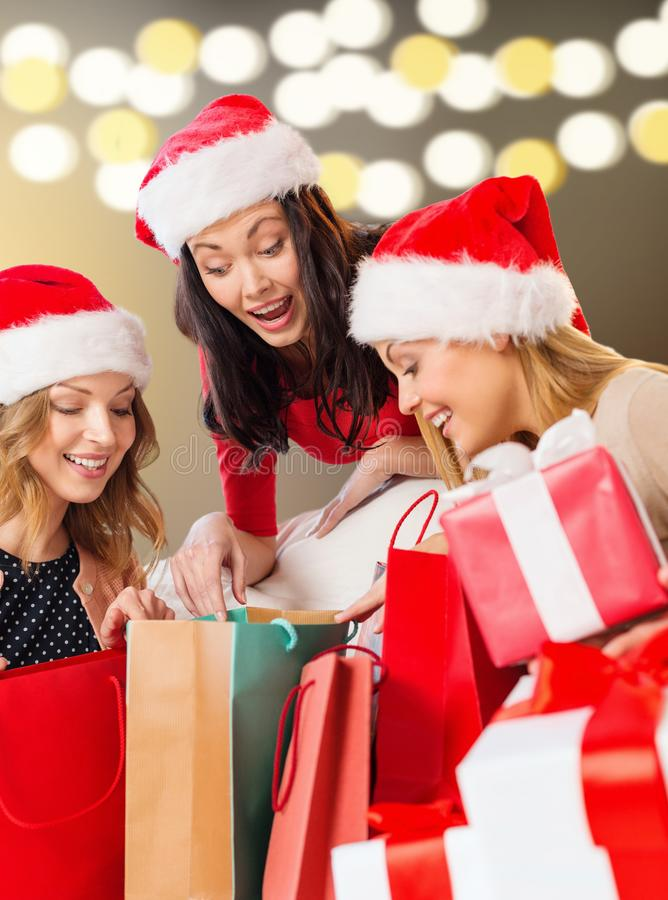 有购物袋和圣诞节礼物的妇女 免版税库存图片