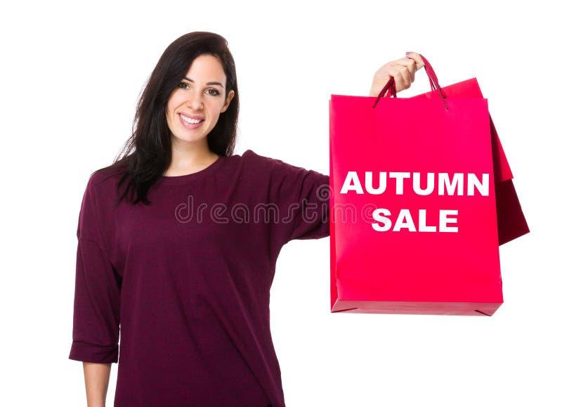 有购物袋和陈列秋天销售的妇女举行 库存图片