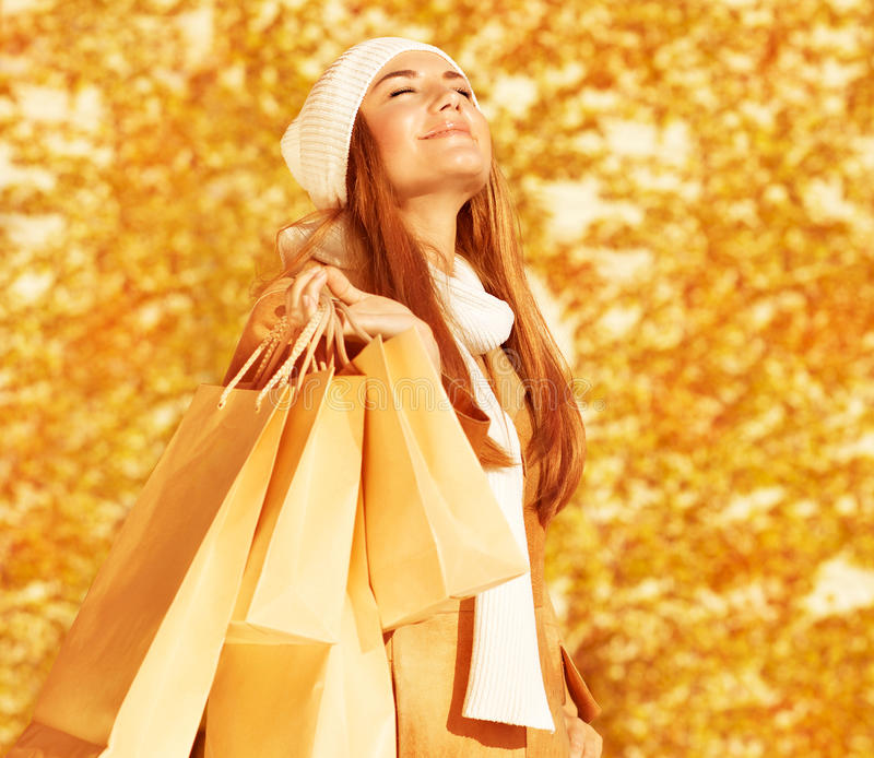 有购物袋的愉快的妇女 免版税库存图片