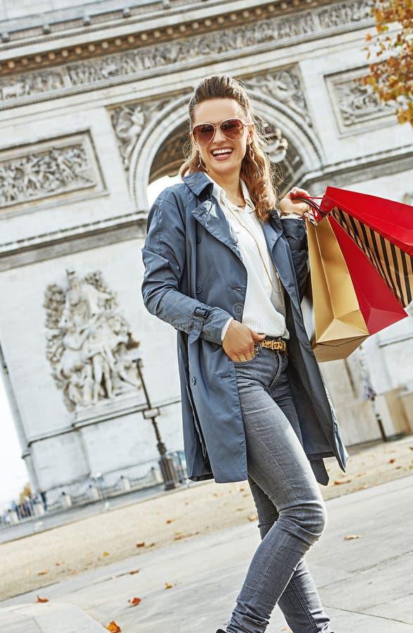 有购物袋的愉快的时髦时尚商人在巴黎,法国 免版税库存图片