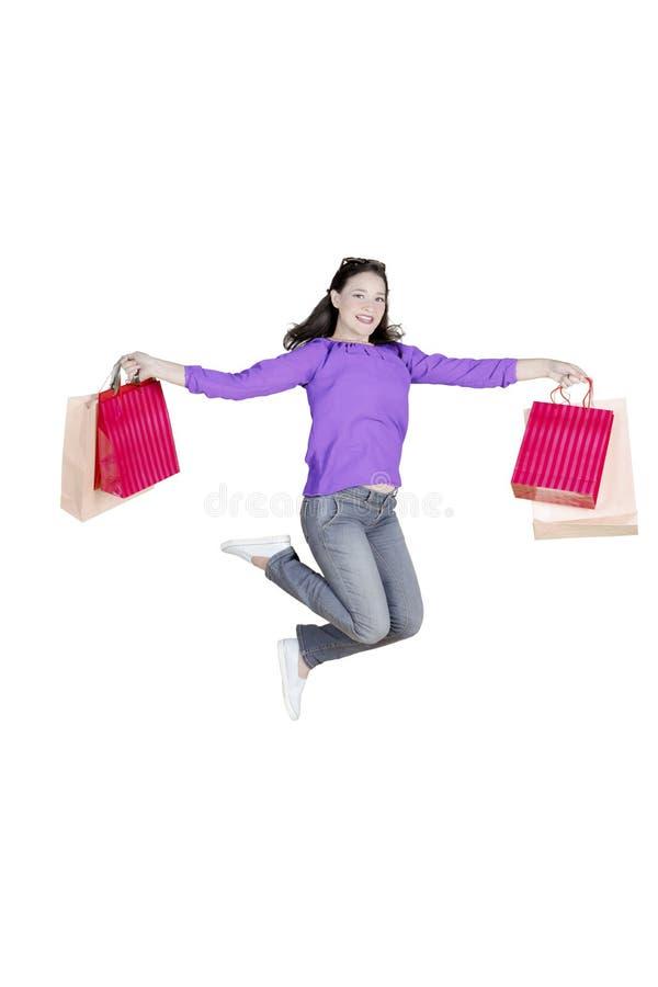 有购物袋的愉快的白种人妇女 免版税库存照片