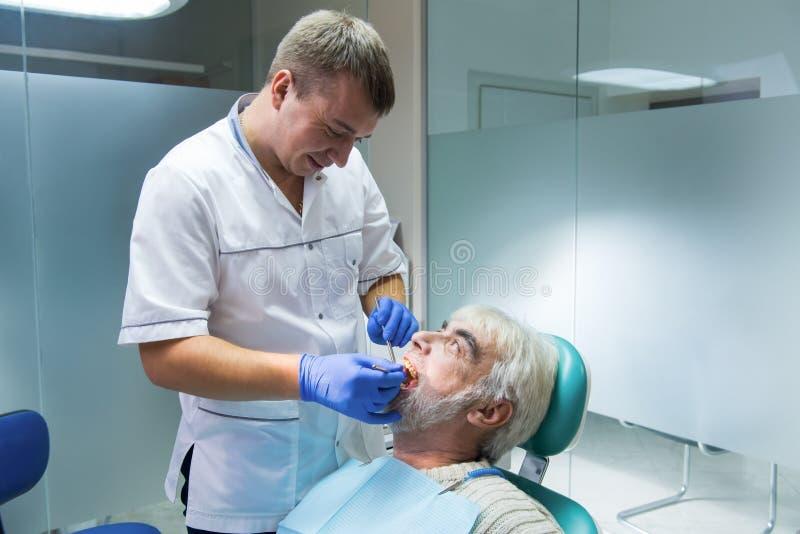 有资深患者的牙齿医生 库存图片