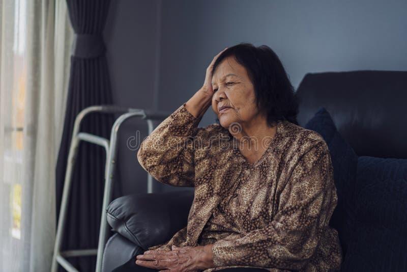 有资深的妇女头疼 免版税库存照片