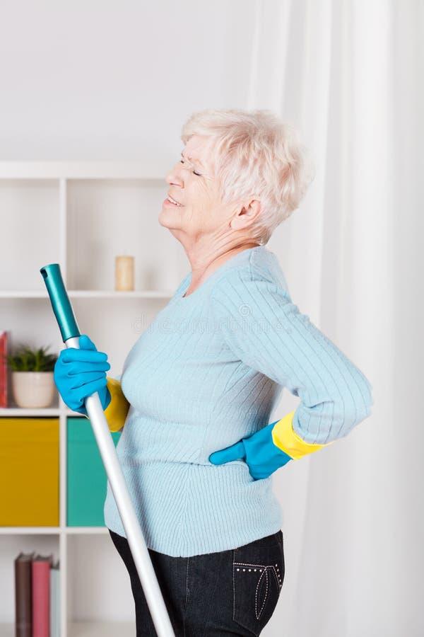 有资深的妇女背部疼痛 免版税库存照片
