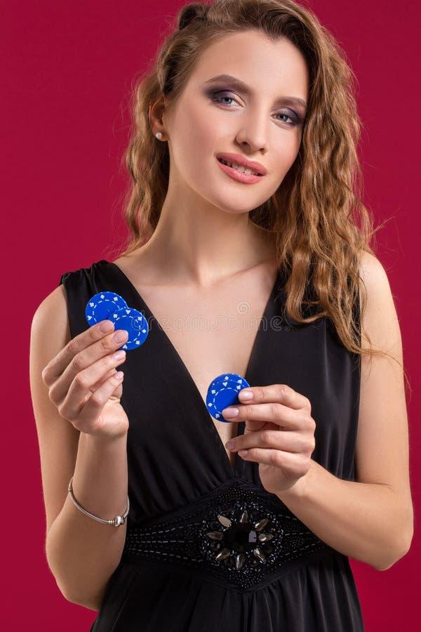 有赌博娱乐场的美丽的妇女在红色背景切削 画象 库存照片